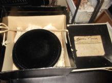 SUPERB ELEGANT GENUINE VINTAGE CLOSE BLACK VELVET HAT IN SIMONE MIRMAN BOX